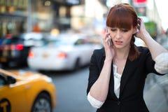 Unterhaltungsmobiltelefon der kaukasischen Frau Lizenzfreies Stockfoto