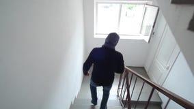 Unterkunft des Diebes Einbrecher in einem Haus bewohnt stock footage