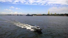 Unterlassung des Wassers des Neva-Flusses in St Petersburg mit Segelschiffen während der Feier des Marinetages Lizenzfreies Stockfoto