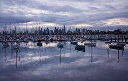Unterlassungsboote und Betrachten des Melbourne' s-Wolkenkratzer vom St. Kilda Pier stockfotografie