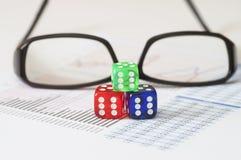 Unternehmensanalyse und Bericht mit Gläsern und Würfeln Stockfotos