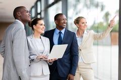 Unternehmensarbeitskräfte, die Arbeit besprechen stockfoto