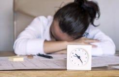 Unternehmensarbeitskraft, die im Büro schläft Lizenzfreie Stockfotografie
