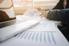 Unternehmensberater, der die Finanzzahlen bezeichnen das progre analysiert Lizenzfreie Stockbilder