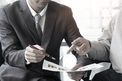 Unternehmensberater, der die Finanzzahlen bezeichnen das progre analysiert Lizenzfreie Stockfotografie