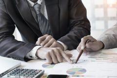 Unternehmensberater, der die Finanzzahlen bezeichnen das progre analysiert Stockfotos