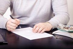 Unternehmensberater, der die Finanzzahlen bezeichnen den Fortschritt in der Arbeit der Firma analysiert Lizenzfreie Stockbilder