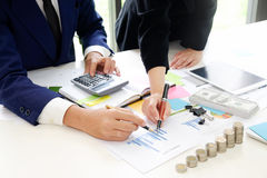 Unternehmensberater, der Finanz-, Finanzplanung analysiert lizenzfreie stockfotos