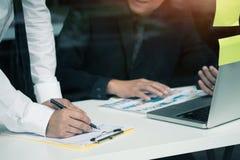 Unternehmensberater, der Finanzfinanzteam analysiert Stockbild