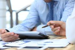 Unternehmensberater, der Finanzzahlen analysiert Lizenzfreie Stockfotografie