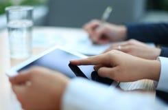 Unternehmensberater, der Finanzzahlen analysiert Lizenzfreie Stockbilder
