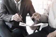 Unternehmensberateranalysieren finanziell lizenzfreies stockfoto