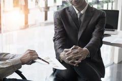 Unternehmensberateranalysieren finanziell lizenzfreies stockbild