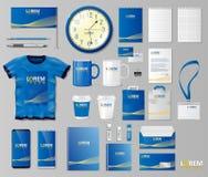 Unternehmensbrandingidentitäts-Schablonendesign Briefpapiermodell für Shop mit moderner blauer Struktur Frau mit Feder auf Weiß Stockbild