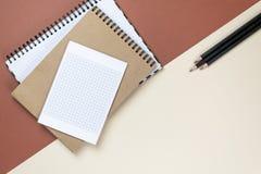 Unternehmensbriefpapiersatz des freien Raumes auf braunem Hintergrund Einbrennendes scheinbareshohes Flache Lage stockfotos