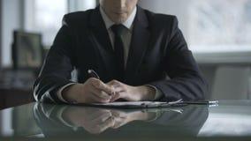 Unternehmensdirektor, der ernsthaft auf Dokument, Entscheidung der schwierigen Aufgabe denkt stock footage