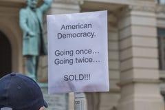 Unternehmenseinfluss-Protest-Zeichen stockfoto