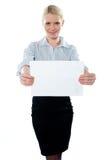 Unternehmensfrau, die eine unbelegte Anschlagtafel anhält stockfotos