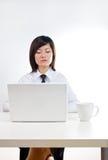 Unternehmensfrau, die an Laptop arbeitet stockbild