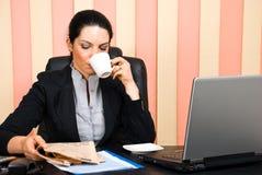Unternehmensfrauenlesenachrichten Stockfotografie
