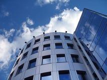 Unternehmensgebäude auf dem Blau stockfotografie