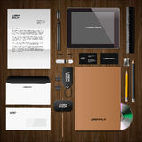Unternehmensidentitä5smodell, hölzerner Hintergrund Stockbild