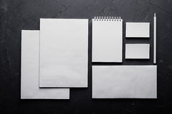 Unternehmensidentitä5sschablone, Briefpapier auf dunkelgrauer konkreter Beschaffenheit Verspotten Sie oben für Darstellungen der  stockfoto