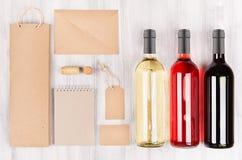 Unternehmensidentitä5sschablone für Weinindustrie, leere braune Kraftpapier-Verpackung, Briefpapier, Waren stellte mit Flaschen v stockfotos