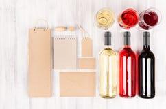 Unternehmensidentitä5sspott oben für Weinindustrie - leere Verpackung, Briefpapier stellte mit Weingläsern und -flaschen auf weic lizenzfreies stockbild