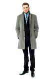 Unternehmenskerl, der langen Mantel trägt Lizenzfreies Stockbild