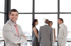 Unternehmensleiter, der an der Kamera lächelt stockbild
