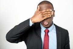 Unternehmensleiter, der seine Augen versteckt Lizenzfreies Stockfoto