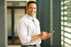Unternehmensleiter, der Telefon verwendet Lizenzfreie Stockbilder