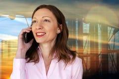 Unternehmensleiter, der um Handy außerhalb des Unternehmensgebäudes ersucht lizenzfreies stockfoto