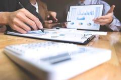 Unternehmensleiter, die Dokumente und Ideen am Treffen an einem Arbeitsplatz besprechen stockfotografie