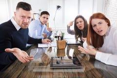 Unternehmensleiter, die im Büro sich beschweren Stockbild