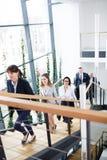 Unternehmensleiter, die oben in modernes Büro umziehen Stockbild