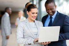 Unternehmensleiter-Laptop-Computer lizenzfreie stockfotos