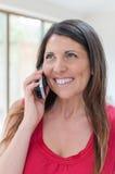 Unternehmensleiter am Telefon beim Lächeln Stockbild