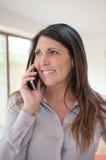 Unternehmensleiter am Telefon beim Lächeln Stockfotografie