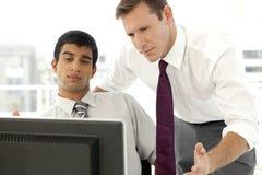 Unternehmensleitermänner, die zusammenarbeiten Stockfotografie