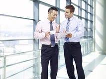 Unternehmensleute, die Geschäft am Flughafen besprechen Stockfotos