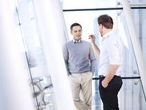 Unternehmensleute, die Geschäft im Büro besprechen Stockfotografie