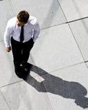 Unternehmensmann auf dem Bürgersteig Lizenzfreie Stockbilder
