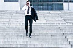 Unternehmensmann mit Mobiltelefon auf Treppen Lizenzfreies Stockbild