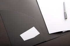 Unternehmensmappe mit weißer Karte und Feder Lizenzfreie Stockfotos