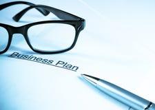 Unternehmensplan fasst nahe Gläsern und Stift, Geschäftskonzept ab Lizenzfreie Stockbilder