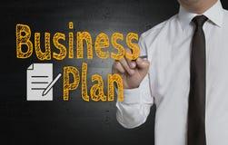 Unternehmensplan wird vom Geschäftsmann auf Schirm geschrieben lizenzfreie stockfotos