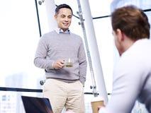 Unternehmenswirtschaftler, die im Büro sprechen Stockfotos