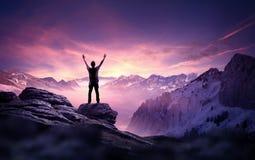 Unternehmensziele - ein Mann, der für den Himmel erreicht lizenzfreie stockfotos